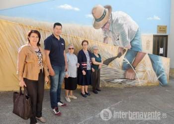 Alcaldes de la comarca se reúnen en La Torre del Valle para trasladar a sus municipios la galería de arte al aire libre
